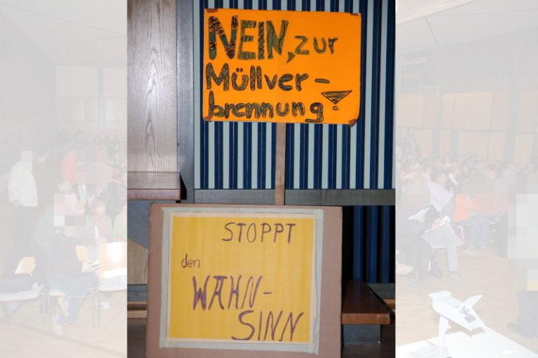 Protest auch in Plakatform.