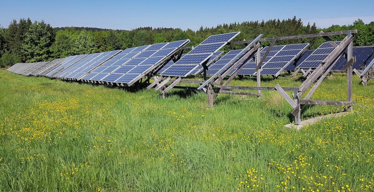 Freiflächen Photovoltaikanlage auf Ackerfläche (Symbolbild)