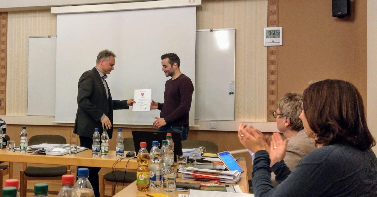 Johannes Leibold erhält die Ernennungsurkunde zum Bürgermeister.
