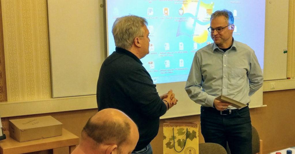 Peter Weingärtner übergibt Sven Schultheiß den Dank des Gemeinderats und ein kleines Präsent.